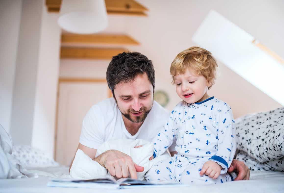 Voici 12 astuces simples POUR AMENER LES ENFANTS À SE COUCHER LE SOIR dans son lit. Conseil applicable pour fille et garçon.Article complet comprenant truc...